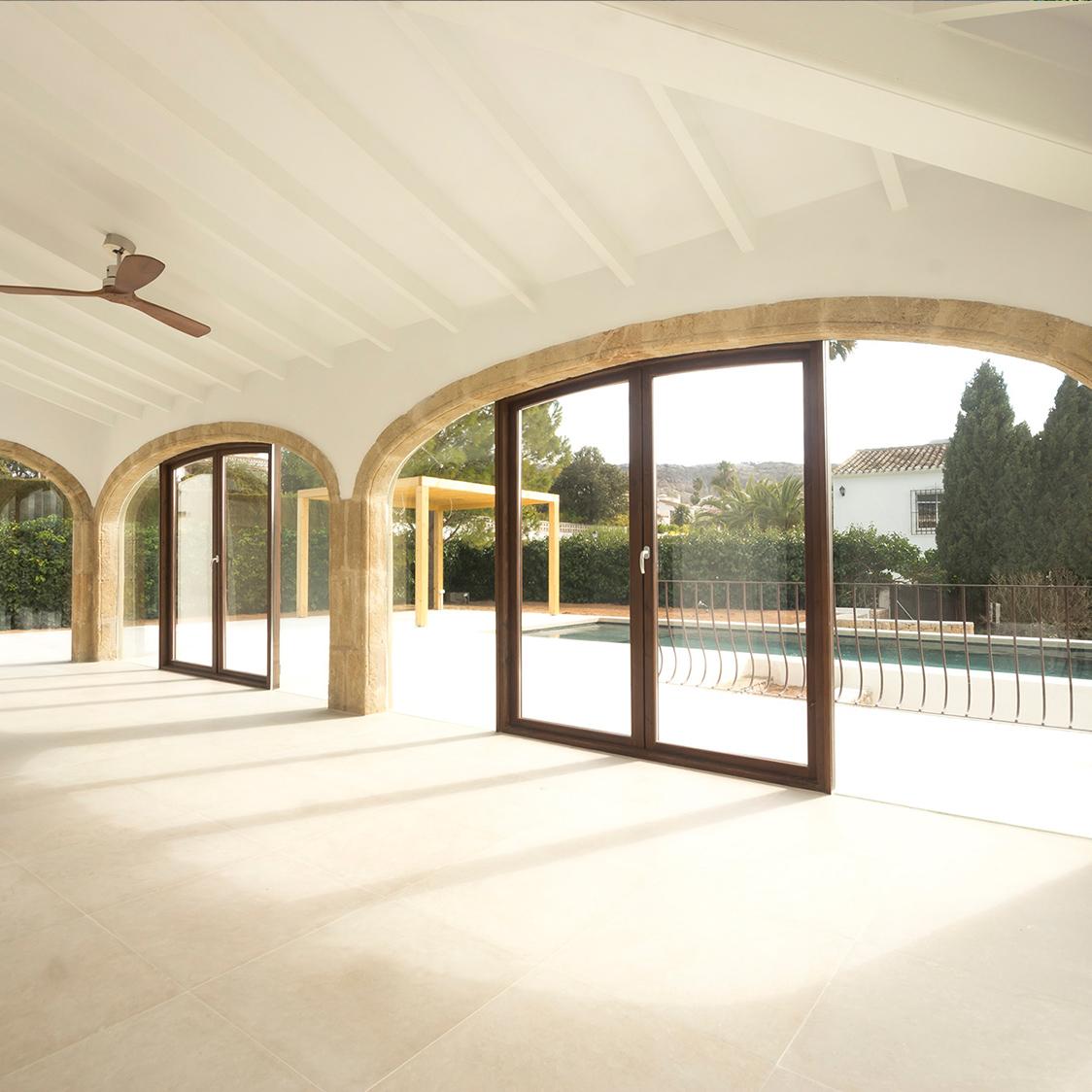 Hausrenovierung mit traditioneller Inneneinrichtung, die eine warme Atmosphäre schafft
