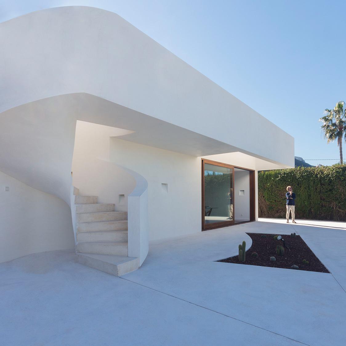 Casa moderna con patio y piscina